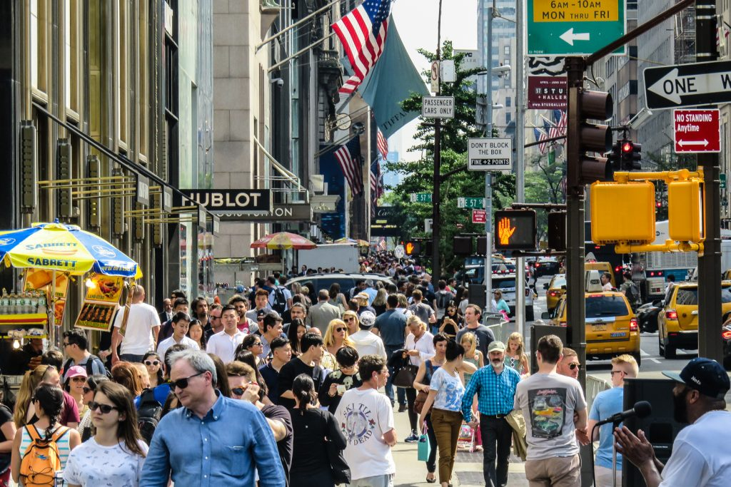 Things to do in nyc; Shopping on 5th avenue. Free things to do in new york city.