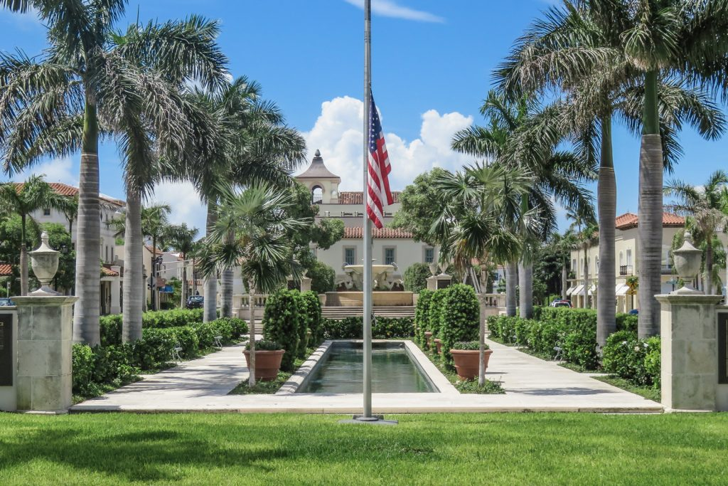 Memorial Fountain at the heart of the Town of Palm Beach. Things to do in West Palm Beach.